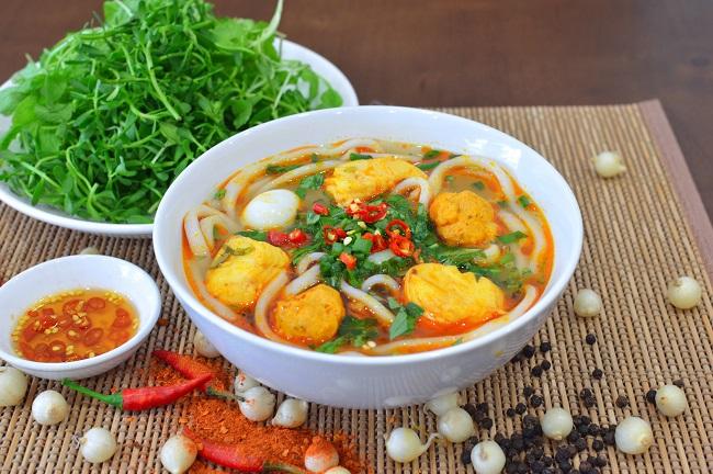 Bánh canh cá lóc ăn kèm với rau gì?